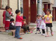 Chinese Kids (Wolfgang Bazer) Tags: kids children kinder wanderarbeiterkinder migrant workers wanderarbeiter suburb vorstadt chinesische chinese kunming yunnan china 昆明 云南