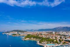 Luftbild vom Strand Firule in Kroatien mit dem Hafen von Split im Hintergrund