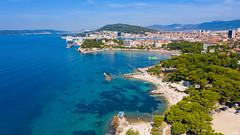 Luftbild vom Strand Ovcice mit Strand Bacvice im Hintergrund, Split, Kroatien