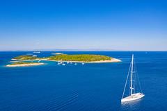 Jachten im Adriatischen Meer in der Nähe von der Insel Budikovac in Kroatien