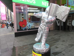 MTV Astronaut Award Guy Times Square NYC 8401 (Brechtbug) Tags: 2019 mtv awards silver styrofoam astronaut michelin man character guy hanging out times square new york city 08202019 nyc cable tv music television brand advertisement tire tires transportation balloon moon logo automotive flag advertising mascot cosmonaut spaceman space men helmet scifi science fiction moonman august summer