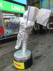 MTV Astronaut Award Guy Times Square NYC 8399 (Brechtbug) Tags: 2019 mtv awards silver styrofoam astronaut michelin man character guy hanging out times square new york city 08202019 nyc cable tv music television brand advertisement tire tires transportation balloon moon logo automotive flag advertising mascot cosmonaut spaceman space men helmet scifi science fiction moonman august summer