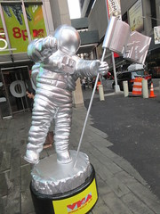MTV Astronaut Award Guy Times Square NYC 8392 (Brechtbug) Tags: 2019 mtv awards silver styrofoam astronaut michelin man character guy hanging out times square new york city 08202019 nyc cable tv music television brand advertisement tire tires transportation balloon moon logo automotive flag advertising mascot cosmonaut spaceman space men helmet scifi science fiction moonman august summer