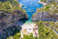 Jachten im Adriatischen Meer an der Bucht Stiniva auf der Insel Vis in Kroatien