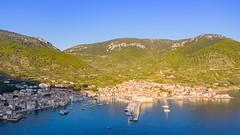 Luftbild von Komiza auf der Insel Vis in Kroatien
