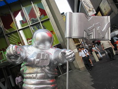 MTV Astronaut Award Guy Times Square NYC 8404 (Brechtbug) Tags: 2019 mtv awards silver styrofoam astronaut michelin man character guy hanging out times square new york city 08202019 nyc cable tv music television brand advertisement tire tires transportation balloon moon logo automotive flag advertising mascot cosmonaut spaceman space men helmet scifi science fiction moonman august summer