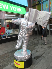 MTV Astronaut Award Guy Times Square NYC 8397 (Brechtbug) Tags: 2019 mtv awards silver styrofoam astronaut michelin man character guy hanging out times square new york city 08202019 nyc cable tv music television brand advertisement tire tires transportation balloon moon logo automotive flag advertising mascot cosmonaut spaceman space men helmet scifi science fiction moonman august summer