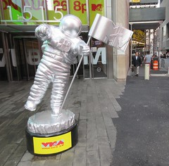 MTV Astronaut Award Guy Times Square NYC 8396 (Brechtbug) Tags: 2019 mtv awards silver styrofoam astronaut michelin man character guy hanging out times square new york city 08202019 nyc cable tv music television brand advertisement tire tires transportation balloon moon logo automotive flag advertising mascot cosmonaut spaceman space men helmet scifi science fiction moonman august summer