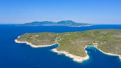 Luftbild von der Insel Bisevo mit Blick auf die Insel Vis in Kroatien
