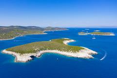 Luftbild der Insel Ravnik im Adriatischen Meer von Kroatien