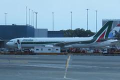 Alitalia Airbus A330-202 - Queens County, New York, USA - July 8, 2019 (mango verde) Tags: jfk eiejn jet airplane a330 airbus airbusa330202 alitalia johnfkennedyinternationalairport queenscounty newyork usa mangoverde