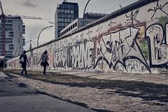 Berlin Wall (Jontsu) Tags: berlin wall germany deutschland fuji fujifilm xt3 35mm fujinon street streetphotography color people