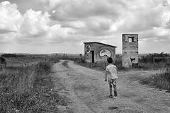 alla scoperta di nuovi mondi (mat56.) Tags: paesaggi landscape casupola littlehouse bambino child sentiero pathway srada road cielo sky nuvole nubi clouds paesaggio landscapes cabras sardegna oristano