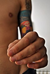 Mano (Aprehendiz-Ana Lía) Tags: flickr nikon retrato mano tatuaje hombre boy joven imagen portrait personnes gente interior detalle people hand main homme man tattoo