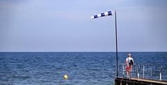 La fin du voyage... (Tonton Gilles) Tags: grandcampmaisy mer jetée carotte bleu vent personnage short couleur corail bouée jaune ciel manche le lutin decouves panorama mise en scène