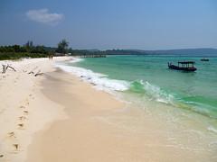 Perfect sands (ORIONSM) Tags: cambodia soksan kohrong beach sand coast shore sea landscape vista holiday vacation boat blue sky olympus omdem1 olympus14150mm