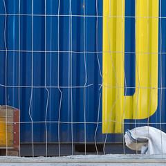 P (zeh.hah.es.) Tags: zürichhauptbahnhof hb hauptbahnhof zürichhb zürich zurich schweiz switzerland baustelle constructionsite construction fence bauzaun blau gelb grau blue yellow gray grey gitter grid orthogonal horizontal vertikal vertical verbogen gebrochen