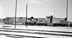 Southern Pacific C628 and C415 locomotives at Colton in 1976 0617 (Tangled Bank) Tags: old classic heritage vintage history historical north american 20th century railroad equipment southern pacific c628 c415 locomotives colton 1976 0617 train railway