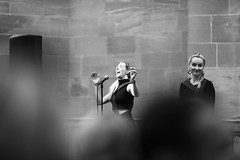 Tuuletar (nicolasheinzelmann) Tags: tuuletar gruppe band musik buskers festival sw schwarzweiss urban stadt schweiz münster altstadt bern bw blackandwhite canoneos5dmarkiv 5dmkiv 5dmiv canonef135mmf2lusm day dslr switzerland lights oldtown light 9august2019 august nicolasheinzelmann