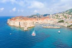 Blick auf den Leuchtturm Porporela und den Alten Hafen von Dubrovnik, Kroatien