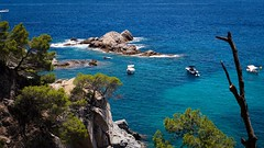 Carl Zeiss Planar 50mm f1.7 (gyulaiván) Tags: zeiss planar f17 50mm contax contrast colorfull color sony a6500 beach calallevado sea blue boat island rock spain costabrava