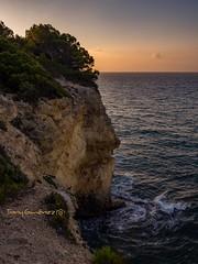 El hombre de piedra (tonygimenez) Tags: amanecer marina cielo mar olas siluetas acantilado torredembarra españa piedras roca