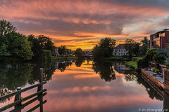 Just in time (JdJ Photography (www.jdj-photography.nl)) Tags: bridge trees sunset netherlands yard garden evening zonsondergang bomen europa europe nederland tuin brug avond lucht continent zwolle overijssel benelux almelosekanaal schoenkuipenbrug sky reflection clouds wolken reflectie
