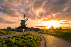 Sunset at Zaanse Schans (NerG Photography) Tags: zaandam northholland netherlands amazing abendstimmung landscape landschap nature beautiful beauty clouds colorful colors scenery licht lucht luchten dutch spectacular dusk dramatic nederland evening fuji green glow gorgeous golden glowing holland photo light windmill mill windmills windmolen zaanseschans mills sky lovely molen molens nl nighttime new night outside orange zonsondergang sonnenuntergang zon sonne wolken sunset sunlight sun shadows xt3 rays zonsonderdang