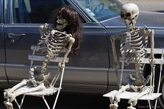 Les américaines du Var vous souhaitent la bienvenue ! (Loran de Cevinne) Tags: lorandecevinne sainteanastasiesurissole vintagecars americancars squelettes squeletteshumains cars dead voiture voituresaméricaines insolite cadillac var provence france meeting rassemblement
