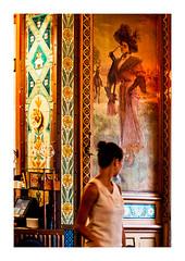 si belle en ce miroir... (Marie Hacene) Tags: nantes restaurant mur peinture toile femme