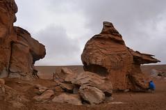 désert de Siloli Bolivie_3677 (ichauvel) Tags: désertdesiloli paysage landscape formationrocheuse rocks femme woman bolivie bolivienne bolivia provincedepotosi amériquedusud southamerica amériquelatine voyage travel lieutouristique désert aride altitude froid cold getty