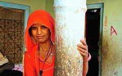 India- Rajasthan- Dundlod (venturidonatella) Tags: india rajasthan dundlod asia nikon colors colori persone people gente gentes portrait ritratto rosso red donna woman women donne sari d300 nikond300 sguardo look smile sorriso