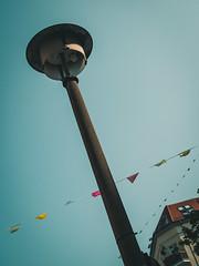2019-08-25-151021 (Schmidtze) Tags: ausflug berlin berlinpankow erichweinertstrase farbe himmel lampe olympusepl9 olympusm25mmf18 objekt prenzlauerberg spaziergang stadt vonunten deutschland