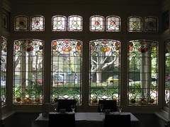 """The Art Nouveau Stained Glass Bay Window of the Dining Room of """"The Gables"""" Queen Anne Villa - Finch Street, East Malvern (raaen99) Tags: thegables housename queenannehouse federationhouse queenannefederationhouse gascoigneestate stainedglass stainedglasswindow stainedglasswindows artnouveaustainedglass artnouveaustainedglasswindow baywindow finchstreet finchst queenannestyle queenanne federation window edwardian edwardiana melbourne victoria australia domesticarchitecture house home architecture melbournearchitecture housing 20thcentury twentiethcentury artnouveau nouveau 1900s 1902 malvern eastmalvern artsandcrafts artsandcraftsmovement artscraftsmovement artscrafts architecturallydesigned beverleyussher henrykemp ussherandkemp ussherkemp lawrencealfredbirchnell lawrencebirchnell detail interior room diningroom fruit leaves vine orange green red flowers floral flora"""