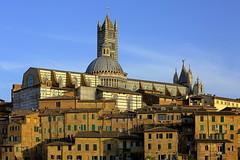 Auftürmung (ploh1) Tags: siena italien toskana altsatdt innenstadt zentrum häuser architektur kathedrale sonnig abendlicht himmel schöneswetter