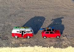 auf in den Urlaub!! Leider bin ich nicht so klein, dass ich in diese Autos passen könnte...Spielautos am Strand (evi früher evioletta) Tags: spielzeug autos starnd surfbrett klein schatten