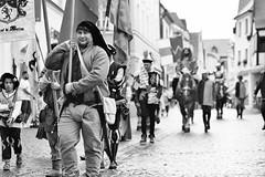 They are coming (auqanaj) Tags: 20190731bis20190803 20190803 brunnenfestamberg2019 kodakgold200 nikonafnikkor85118d nikonf100 analog film cewescan ambergerhochzeit 10ambergerbrunnenfest cantusferrum vereinfürerlebtegeschichte amberg bayern bavaria deutschland germany street people monochrome blackandwhite schwarzweis kurprinzphilippvonderpfalz margaretevonbayernlandshut reenactment oldtown city altstadt kultur culture medieval mittelalter costumes show armour crowd spectators