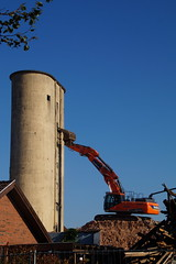 Demolition work (Steenjep) Tags: herning jylland jutland danmark denmark demolition nedrivning arbejde work silo korn grain mill mølle herningnymølle gravemaskine digger sky morning morgen lys light skygge shadow