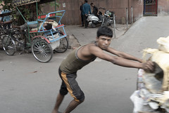 Work & Rest @ Delhi (Julio Babé) Tags: delhi porter work push rest india