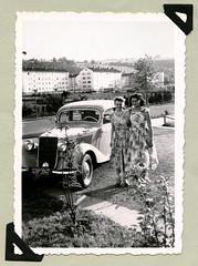 """Mercedes-Benz 170 V (Vintage Cars & People) Tags: vintage classic black white """"blackwhite"""" sw photo foto photography automobile car cars motor mercedes mercedesbenz w136 170 mercedes170 woman lady economicmiracle wirtschaftswunder 1950s 50s fifties ladies women fashion style dress floraldress summerdress cottondress"""