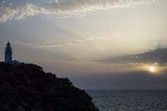 Sonnenaufgang am Leuchtturm (Tobias Willmann) Tags: agua agulla cala ratjada mallorca natur nature landscape landschaft wasser water spanien seascape berge bucht nikon d3200 outdoor outside meer ufer morgengrauen himmel küste sonne sonnenaufgang wolken leuchtturm