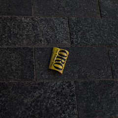 Gold (Julio López Saguar) Tags: revisar juliolópezsaguar lookingfloor calle street ciudad city suelo floor objeto object madrid españa spain publicidad advertising oro gold papel paper amarillo yellow