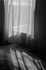 23 (mati.a) Tags: window ventana luz cama 35mm film nikon fm2 nikonfm2 chile ilfordhp5 hp5 ilford analog light bw