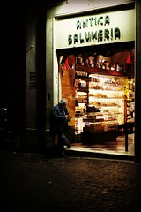 It's time to close (Pierrot le chat) Tags: rome italy roma italia italie night streetphotography scènederue fotodistrada lightanddarkness candid