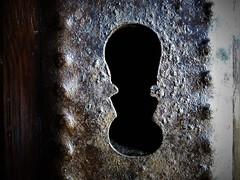 Del otro lado... (Tanialop) Tags: cerradura puerta hierro madera lock door iron wood