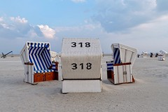 No. 318 | Small Talk on the Beach (picsessionphotoarts) Tags: spo germany deutschland nikon nikonfotografie nikonphotography festbrennweite festbrenweite primelens nikond850 nordsee stpeterording strandkörbe lazydays beachchairs roofedwickerbeachchairs northsea onthebeach beach am strand weitwinkel afsnikkor35mmf18