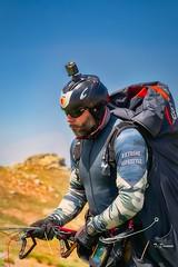 Preparado para el vuelo. (T. Dosuna) Tags: parapente fotografíadepaisaje fotografíadeportiva paisajes vuelosinmotor piedrahitaparapente españa spain tdosuna nikon d7100