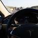 Blick über das Lenkrad des Elektroauto Tesla Model S im Autopilot auf der Autobahn