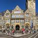 Historisches Gebäude: Feiernde Gesellschaft und Passanten vor dem Rathaus Remscheid am Theodor-Heuss-Platz