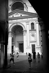 PIAZZA DELLE ERBE, MANTOVA (ceriz_83) Tags: bn bw piazza portici architettura mantova lombardia